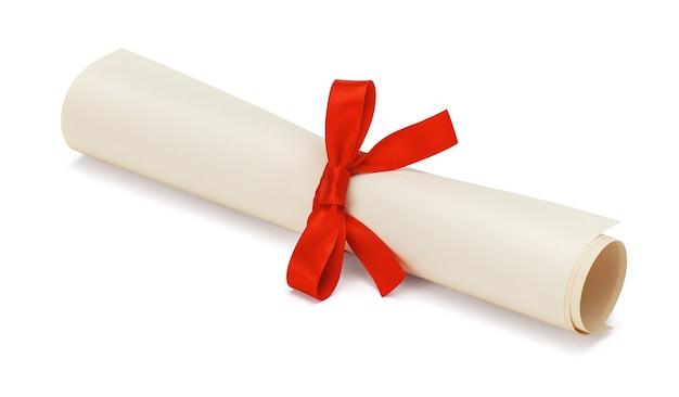 Diplôme, rouleau de papier avec arc rouge isolé sur fond blanc.