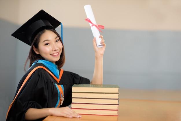 Les diplômés célèbrent la journée de remise des diplômes à la bibliothèque de l'université.