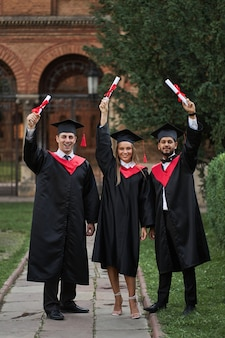 Diplômés internationaux de la célébration des diplômes en robes de graduation