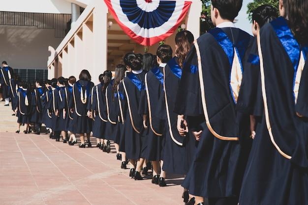 Les diplômés sont entrés dans l'auditorium pour assister à la cérémonie de remise des diplômes.