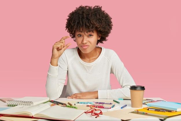 Le directeur artistique assez mécontent a une expression faciale insatisfaite, des gestes avec la main