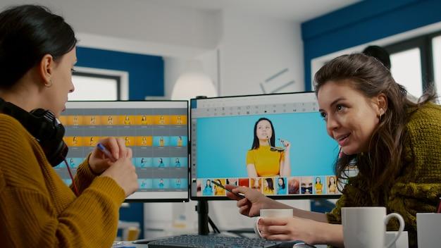Le directeur artistique enseigne à l'employé du retoucheur comment colorer le papier