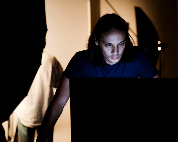 Directeur artistique vérifiant les photos sur un moniteur