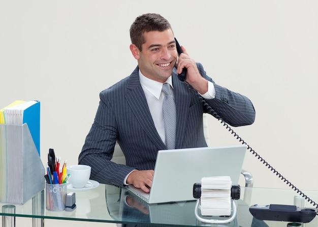 Directeur au téléphone dans son bureau