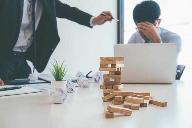 Le directeur commercial blâmant un employé stressé