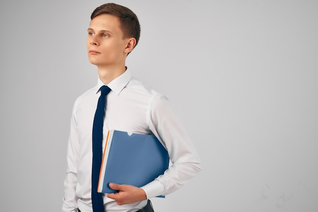 Le directeur dans une chemise avec une cravate documente le travail professionnel