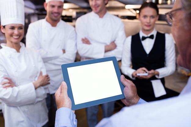 Directeur du restaurant briefing à son personnel de cuisine