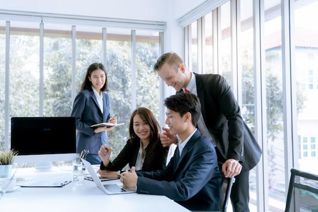 Le directeur a encouragé l'admiration des employés de bureau capables de réaliser le plan de travail de l'entreprise cible.