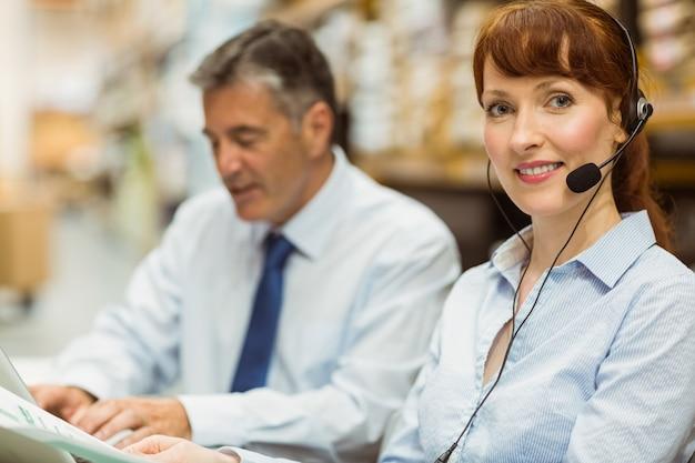Directeur d'entrepôt travaillant à son bureau avec casque