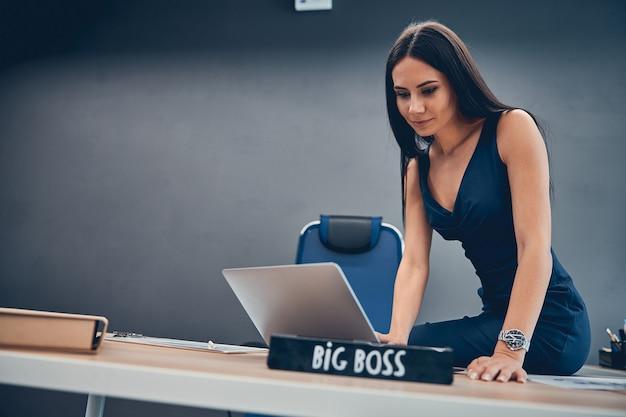 Directeur d'entreprise regardant l'écran d'ordinateur portable sur son lieu de travail