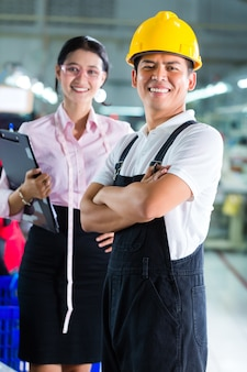 Directeur de production et designer dans une usine asiatique