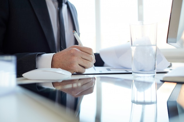 Directeur signant des documents