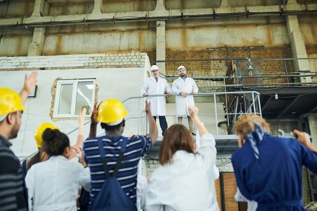 Directeurs d'usine sur balcon