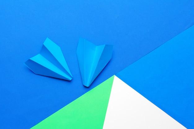 Direction d'entreprise, financière. avion en papier bleu