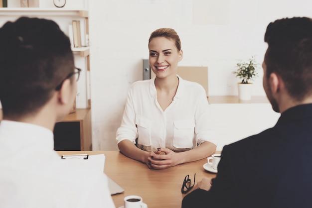 Directrice des ressources humaines femme en blouse et jupe travaille dans le bureau