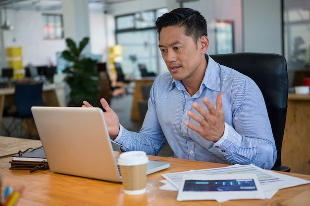 Dirigeant d'affaires frustré regardant un ordinateur portable