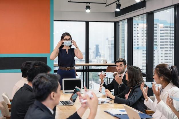 Un dirigeant du caucase propose une politique d'entreprise sur le port d'un masque facial en entreprise lors d'une réunion
