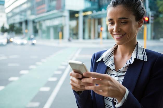 Dirigeant d'entreprise à l'aide d'un téléphone mobile