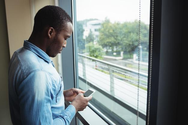Dirigeant d'entreprise à l'aide de téléphone portable