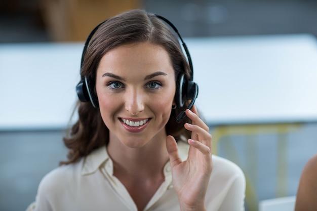 Dirigeant d'entreprise avec des casques d'écoute au bureau