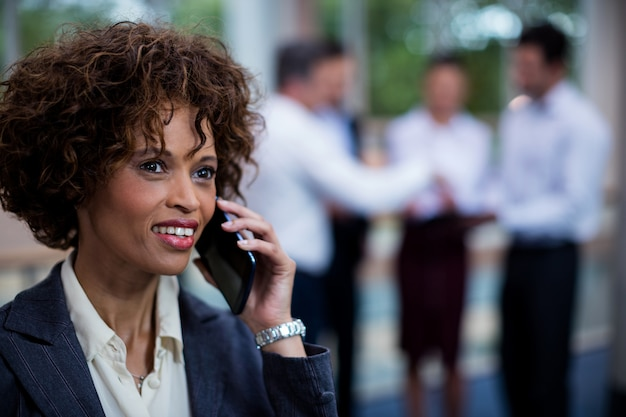Dirigeant D'entreprise Femelle Parler Sur Téléphone Mobile Photo Premium