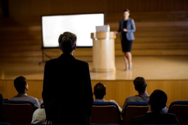 Dirigeant d'entreprise féminin prononçant un discours