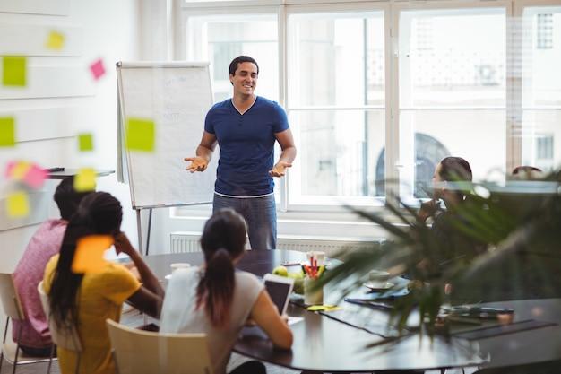 Dirigeant d'entreprise interagissant avec ses collègues