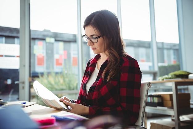 Dirigeant d'entreprise lisant un livre