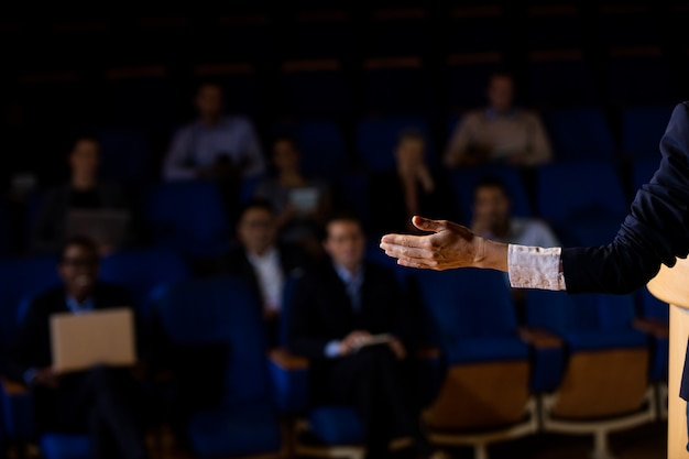 Dirigeant d'entreprise masculin prononçant un discours