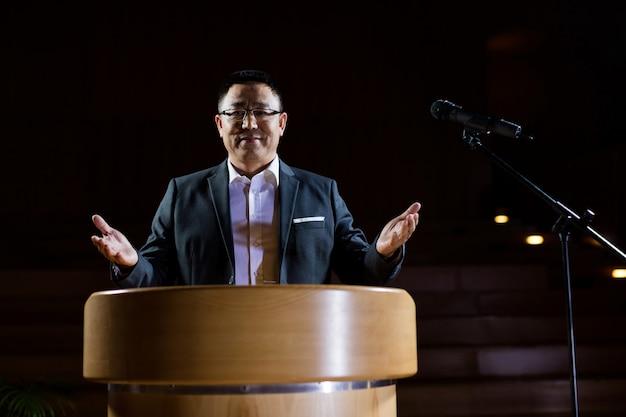 Dirigeant d'entreprise prononçant un discours