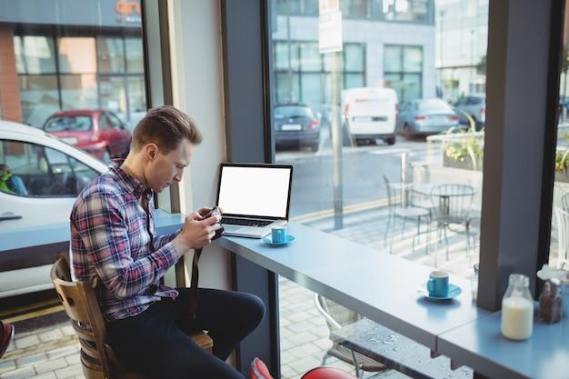 Dirigeant d'entreprise regardant des images à huis clos