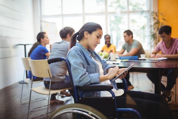 Dirigeant d'entreprise en utilisant handicapped tablette numérique