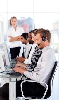 Une dirigeante dirige son équipe dans un centre d'appel