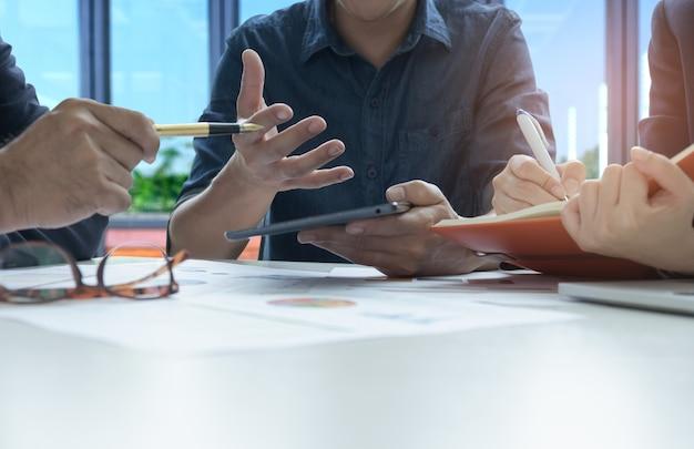Les dirigeants et les employés analysent les données avec le secrétaire note la réunion.