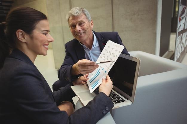 Dirigeants d'entreprise analysant les rapports