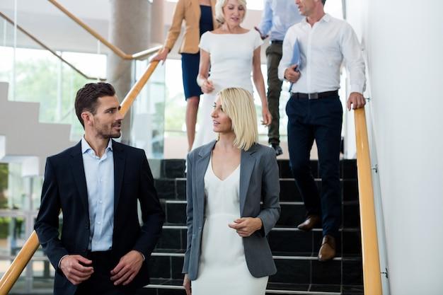 Dirigeants d'entreprise en descendant les escaliers