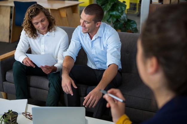 Dirigeants d'entreprise discutant de document