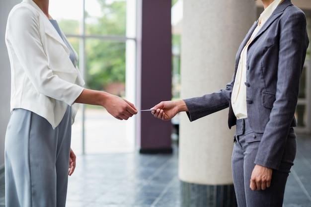 Dirigeants d'entreprise échangeant une carte de visite