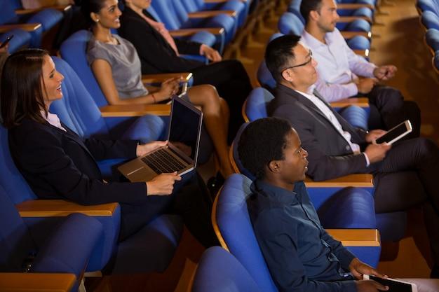 Les dirigeants d'entreprise à l'écoute d'un discours au centre de conférence
