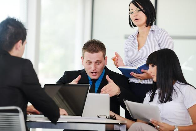 Dirigeants d'entreprise lors d'une réunion de discuter d'un travail