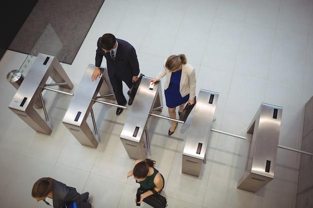 Les dirigeants d'entreprise passant par la porte du tourniquet