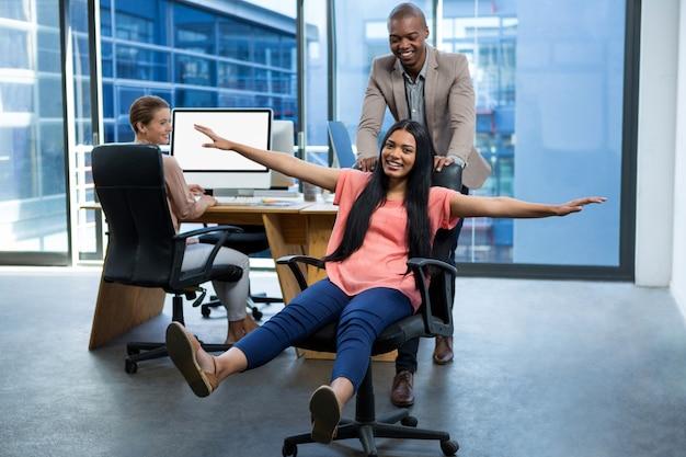 Dirigeants d'entreprise s'amusant au bureau