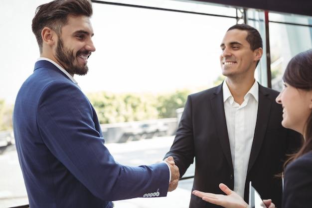 Les dirigeants d'entreprise se serrant la main sur la plate-forme
