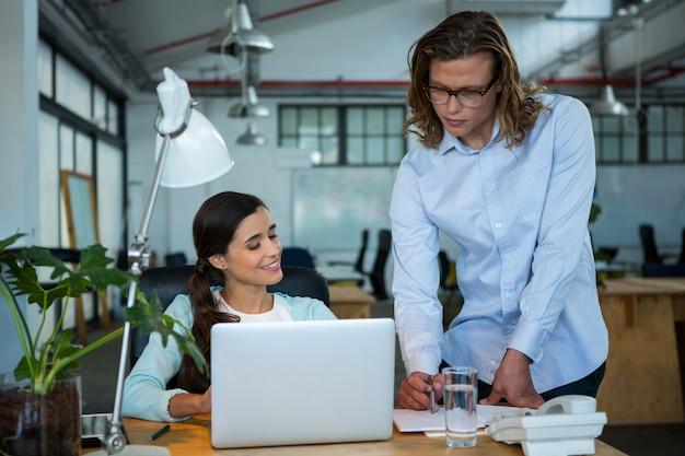 Dirigeants d'entreprise travaillant au bureau