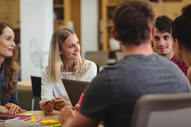 Les dirigeants d'entreprises ayant discussion
