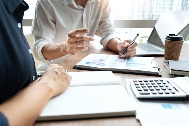 Dirigeants d'entreprises discutant du travail de document lors d'une réunion
