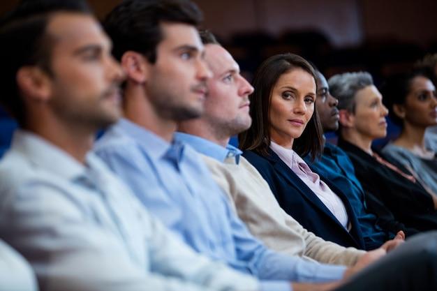 Dirigeants d'entreprises participant à une réunion d'affaires