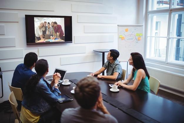 Les dirigeants d'entreprises qui font une conférence vidéo