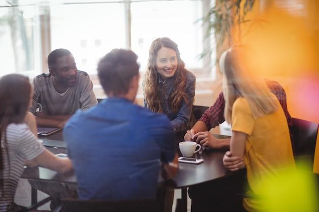 Les dirigeants d'entreprises qui interagissent les uns avec les autres