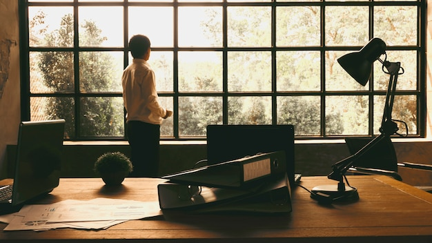 Les dirigeants d'entreprises regardaient par la fenêtre pour trouver l'inspiration